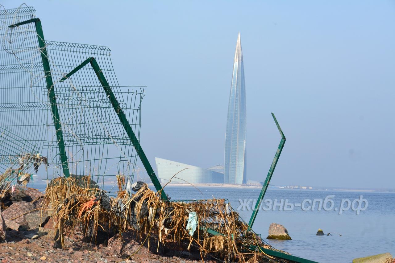 Интересный вид на башню Газпрома в Лахта центре со стороны пассажирского порта Петербурга