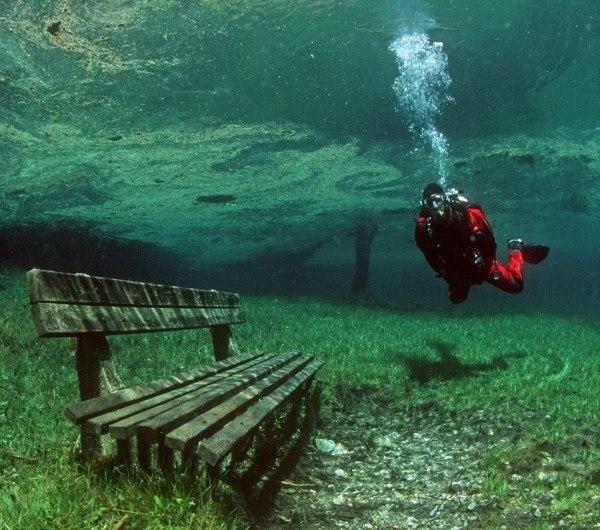 Это необычное место, которое невероятно популярно среди туристов зимой и среди дайверов летом....