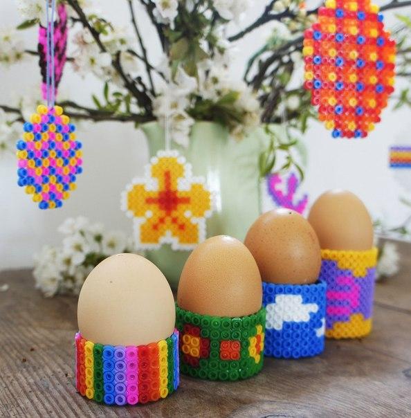 ПОДСТАВКА ПОД ПАСХАЛЬНОЕ ЯЙЦО СВОИМИ РУКАМИ. Из термомозаики можно сделать симпатичные подставки под пасхальные яйца своими руками.