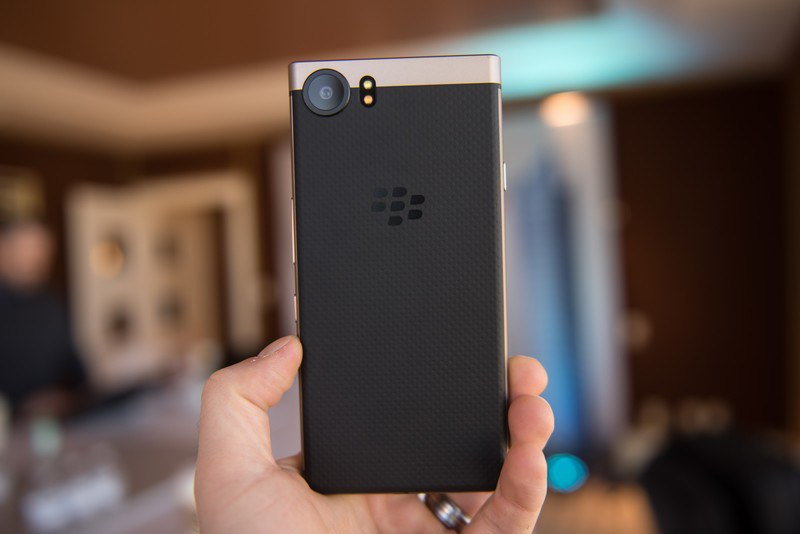 BlackBerry KEYOne Bronze Edition вид сзади
