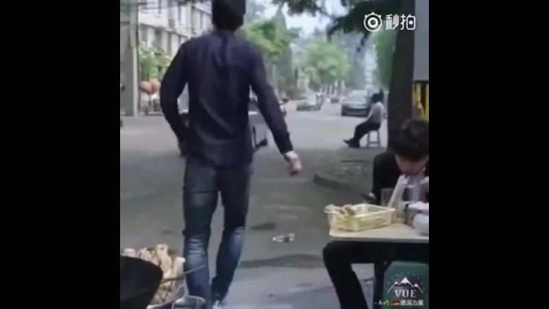 Китаец забивает гол бутылкой