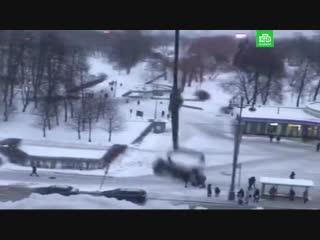 Снег убирают с помощью утюга