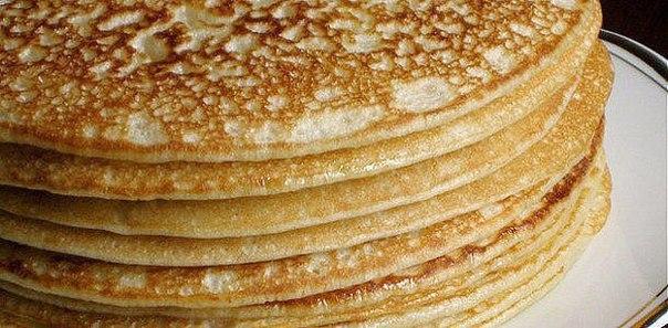 Тесто для блинов – разнообразные варианты приготовления  Считается, что выпекание блинов — настоящее искусство. Ведь нужно знать точное количество тесто, которое требуется вылить на сковороду, чтобы получить тонкий блин, вовремя мастерски его перевернуть. И таким образом получить ароматную горку превосходных блинов.  На самом деле особых сложностей в приготовлении этого блюда нет. Итак, выбираем рецепт, готовим тесто, выпекаем блины, придерживаясь рекомендаций, — и у нас все получится!  Тесто для блинов на молоке и минералке В тесто для этих блинов на молоке не нужно класть ни дрожжи, ни соду. В его состав входит минеральная газированная вода — удобно и быстро. С таким тестом можно готовить и обычные блины, и фаршированные блинчики, к примеру, с начинкой из курицы или творога. Блины получаются воздушные и нежные.  Ингредиенты:  Мука пшеничная — 2 стакана; Вода газированная — 1 стакан; Молоко — 2 стакана; Масло растительное — 3 ст.ложки; Яйцо — 2 шт.; Сахар — 3 ст.ложки; Соль — щепотка. Способ приготовления:  Яйца соединяем с солью, сахаром, взбиваем. Добавляем заранее нагретое молоко (немного теплое), воду комнатной температуры, масло, перемешиваем. Всыпаем муку, предварительно просеянную. Размешиваем, чтобы не появились комочки. Можно взбить миксером. Тесто оставляем на 15 минут. Сковороду нагреваем, смазываем маслом. Тесто еще раз перемешиваем. Набираем тесто поварешкой, выливаем на середину сковороды, аккуратно распределяем по поверхности, наклоняя при этом в разные стороны сковороду. Тесто должно растечься по всей ее поверхности. Блин обжариваем около 30 секунд, переворачиваем его, используя лопатку, и выпекаем до подрумянивания. Таким образом поступаем со всем тестом. Готовые блины укладываем друг на друга. Подаем горячими со сметаной, медом, вареньем.  Лучшее тесто для блинов на кефире  На кефире блины получаются более пышными, дырчатыми, чем на молоке. Приготовьте на завтрак эти замечательные блины, сделать которые очень просто.  Ингредиенты:  Мука — 200 г; С
