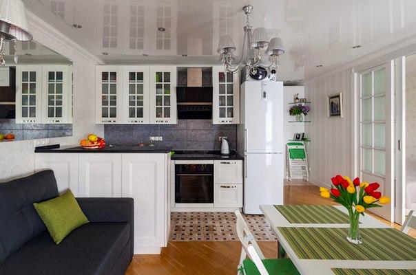Интерьер недели: квартира с интересной планировкой в Минске Переместив перегородки в жилой комнате, дизайнер не только обустроила кухню-гостиную, но и организовала отдельную спальню. Также удалось найти место для детской – она расположилась на лоджии
