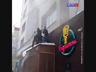 На видео попали кадры, как из горящего офисного здания в Перми выпрыгнула женщина