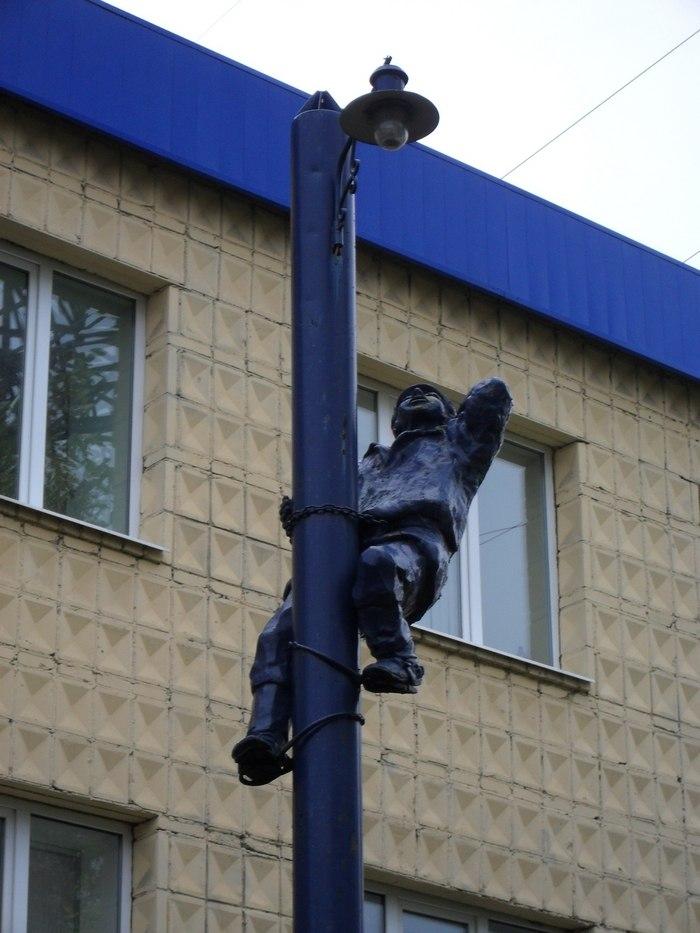 Памятник электрику (улица Шевченко, 2004 год)