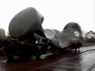 Сила вакуума сдавливает вагон-цистерну