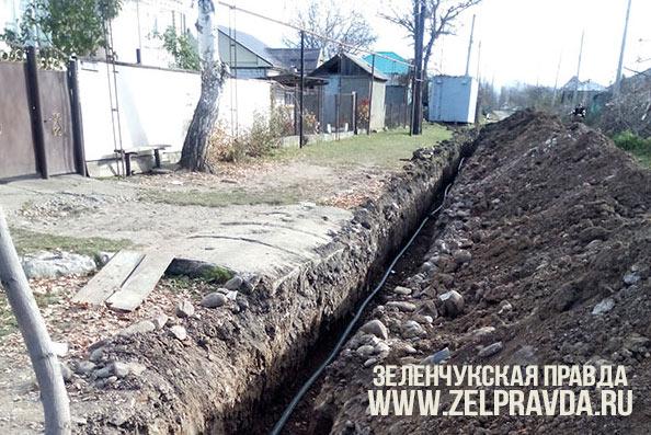 В станице Кардоникской ведется замена ветхого водопровода