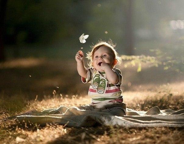 Дитина і метелик