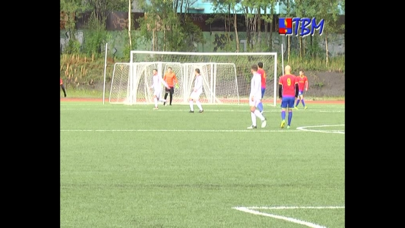 В минувшую субботу любители футбола собрались на городском стадионе. Они болели за команду «Мончегорск»