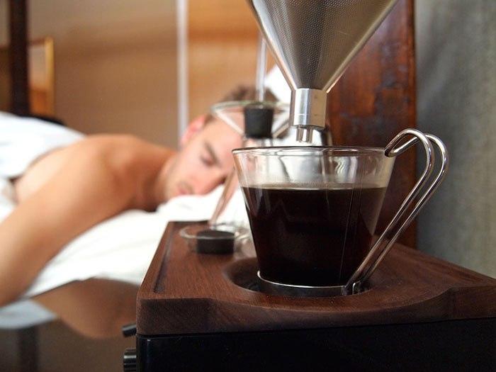 Отличное решение - совместить крепкий утренний кофе и будильник. Но при этом важно не забывать, что кофемашину тоже нужно чистить.