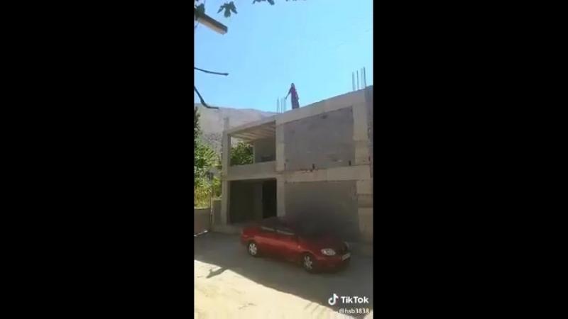 Турция Девушка собирается устроить суицид.Хозяин авто орет ейТам внизу стоит моя машина,бросайся немного в сторону!