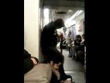 Психованый гитарист в поезде метро.