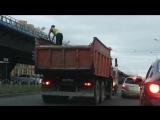 Вот так перевозят людей в Омске