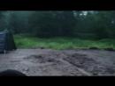 Мужественные кадеты ВПК Пластун под дождем устанавливают полевой лагерь в лесу у родника на берегу реки