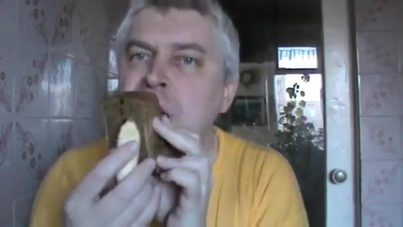 Видео Новый способ поедание банана и хлеба — Геннадий Горин кушает банан и хлеб, супер