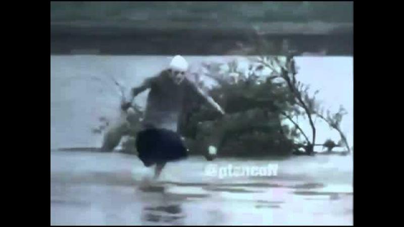 Бабушка бежит по воде, прикол.