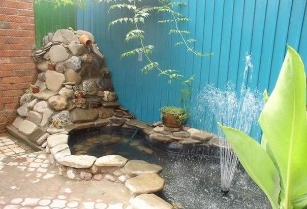 El estanque de ostentación en el patio.