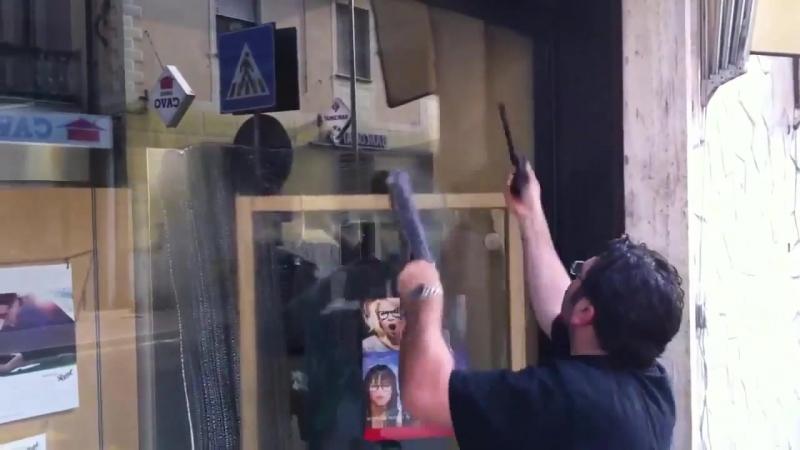 Виртуозное мытье витрины с помощью Unger Ninja
