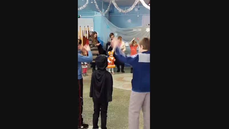 Танец в костюме лисенка
