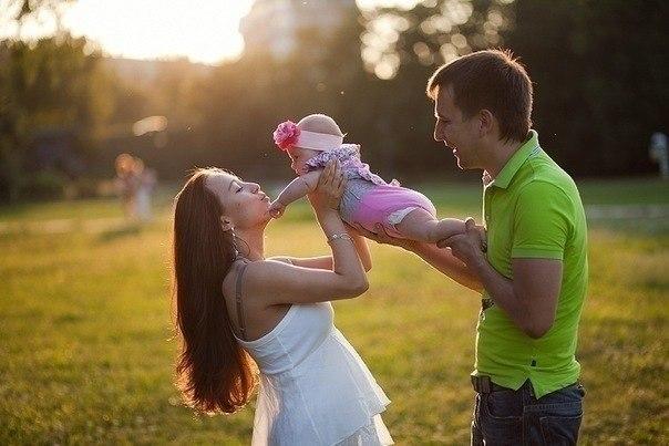 Счастье - это ПАПА очень любит МАМУ, МАМА любит ПАПУ и с работы ждет. Вместе они любят кроху АНГЕЛОЧКА, МАЛЕНЬКОЕ ЧУДО - свою Дочку...