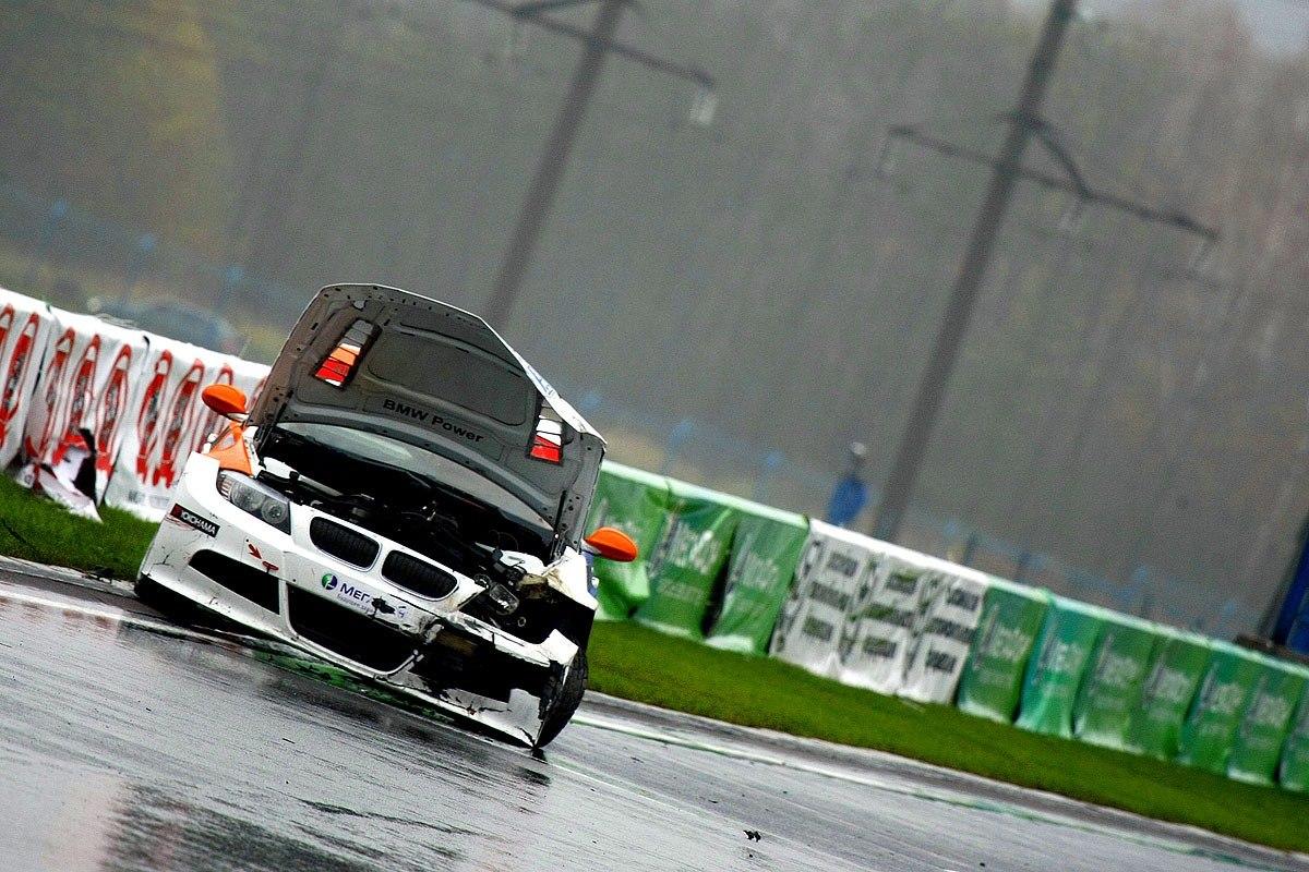 Мокрая трасса подкидывала неприятные сюрпризы - крэш Романа Голикова на финишной прямой. Гонка класса Туинг. 8 этап, Смоленское кольцо