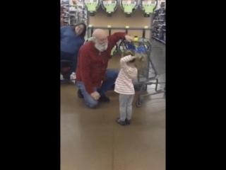 Девочка встретила «Санту» в магазине