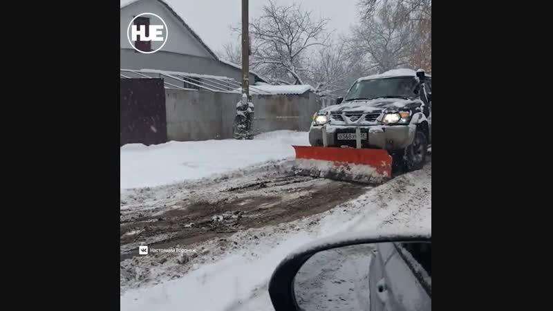 В Воронеже мужчина решил очистить улицы от снега самостоятельно