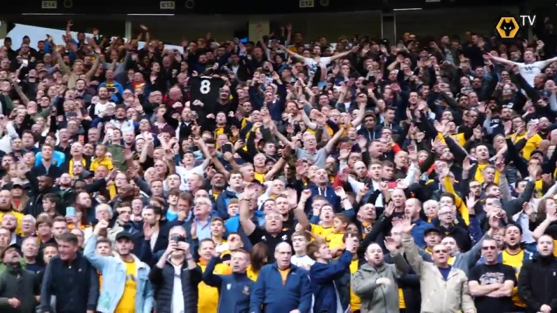 The staff and players salute the incredible 3 000 travelling Wolves fans after the full time whistle MUNWOL
