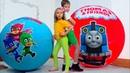 Дети не поделили игрушки Герои в Максах в огромных шарах PJ masks Giant toy bolls surprise