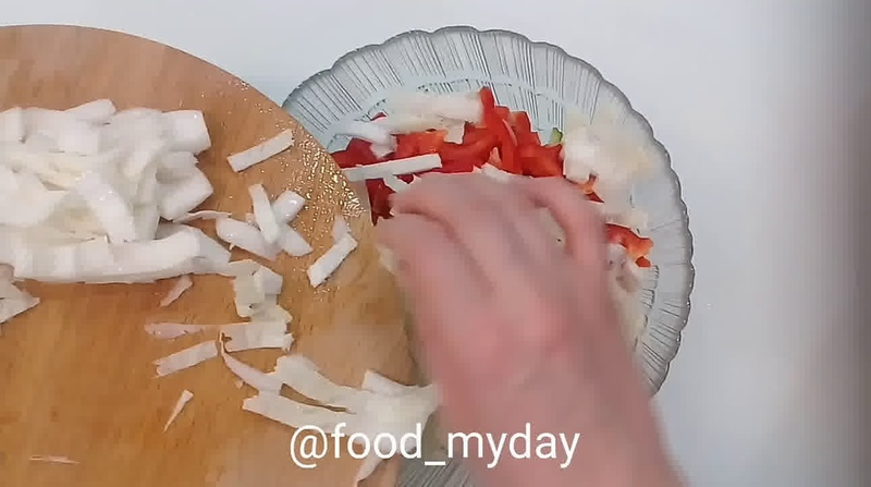 Блюда для перекуса Салат из пекинской капусты с огурцом и перцем