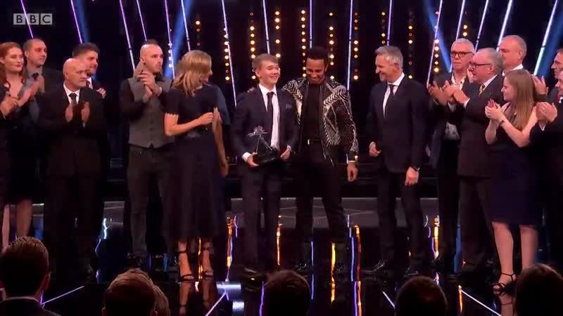 Билли Монгер получает награду BBC
