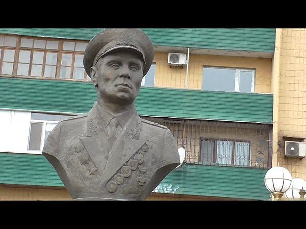 Мариуполь,Памятник адмиралу Лунину. Морвокзал.