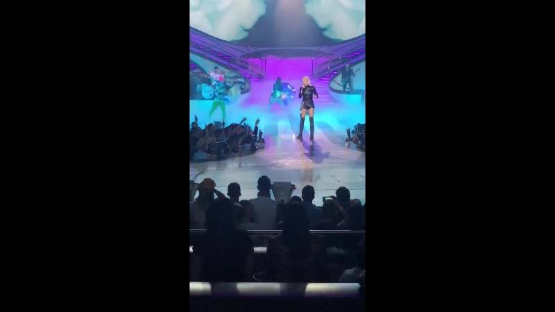 """Gwen Stefani covering """"Umbrella""""- Zappos Theater » Freewka.com - Смотреть онлайн в хорощем качестве"""