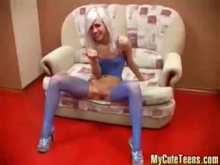 xxxsekta.ru - Симпатичная девочка играется со своей киской, а потом сосет