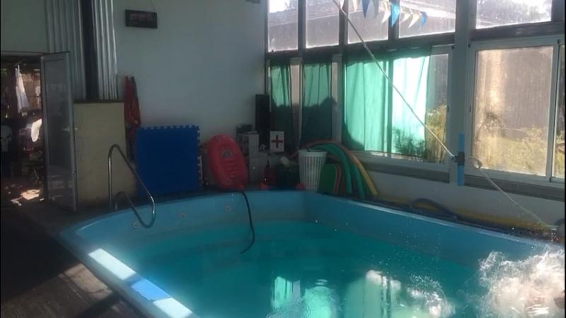 Супергеройский прыжок в бассейн