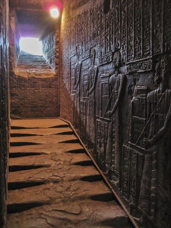 Лecтница, по которой тыcячи лет никто не поднимaлся. Храм Хатхор в Дендере, Египет.
