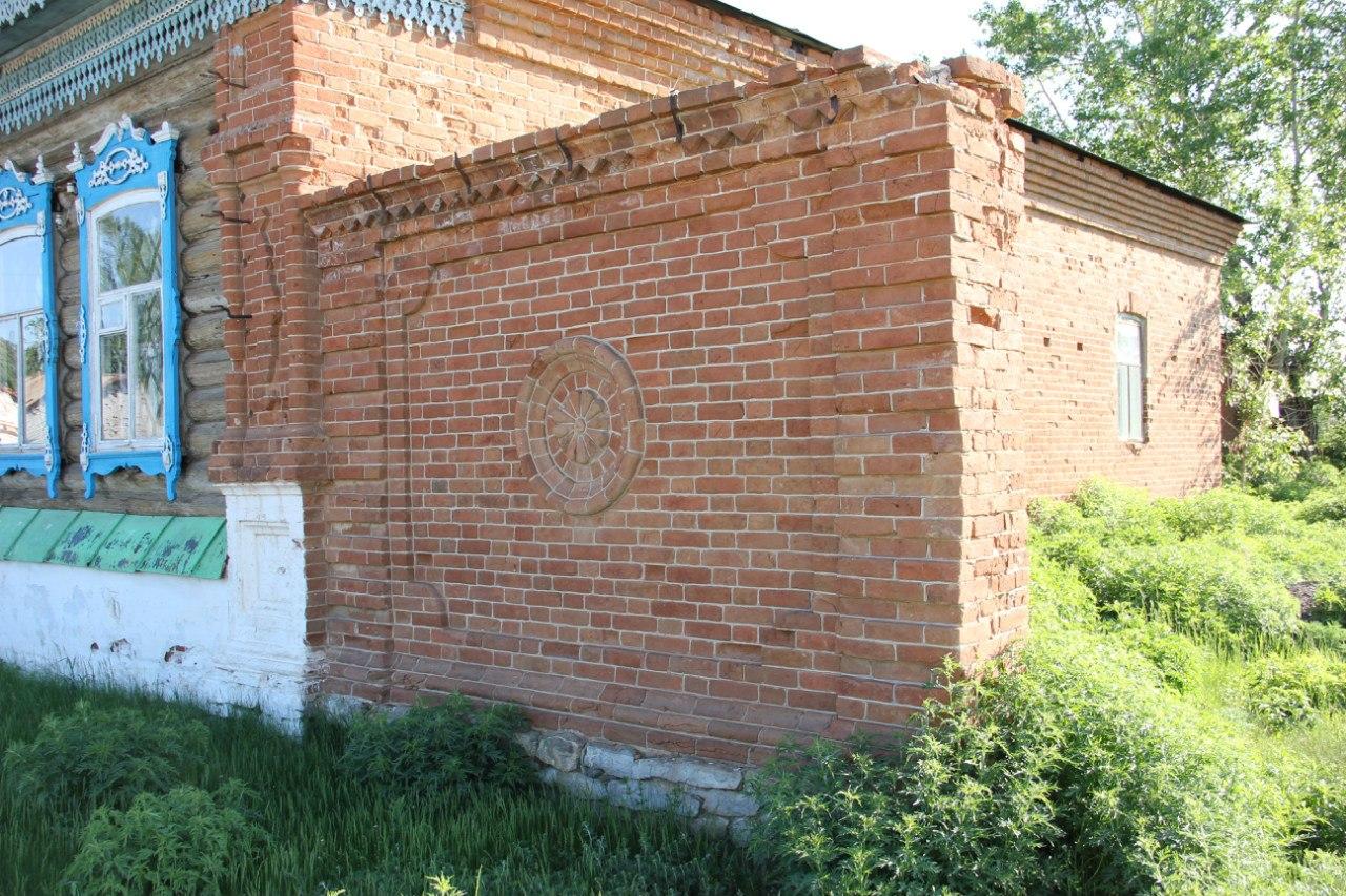 Остатки старинной стены у здания администрации (04.07.2014)