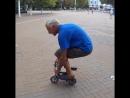 Дедушка изобретает необычные велосипеды