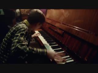 Элтон Джон и пианино