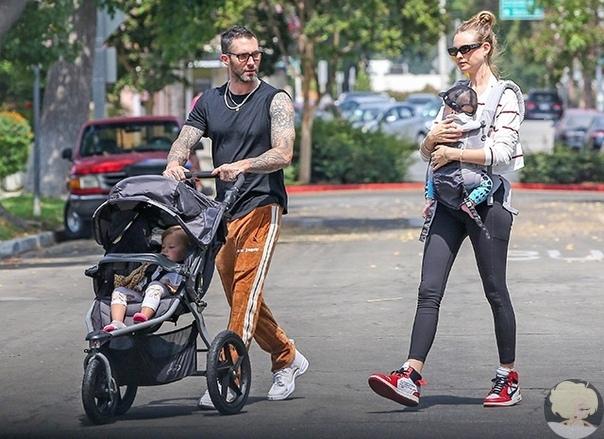 В начале этого года солист группы Maroon 5 Адам Левин и модель Беати Принслу стали родителями во второй раз: у пары родилась дочь Джио Грейс. Они нечасто показывали новорожденную малышку, лишь изредка публикуя ее снимки в профиль в социальных сетях. И вот