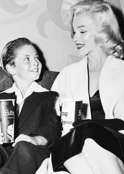 Самый молодой ухажер Мэрилин Монро Твой вид, когда тебе 12 и ты пригласил в кино Мэрилин Монро. И она согласилась!Впрочем, Томми Реттиг (Tommy Rettig) вряд ли сам приглашал Мэрилин. Скорее,