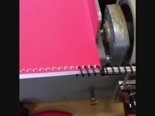 Вот как вставляют спираль в тетради