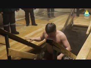 Глава Бурятии окунулся в прорубь на Крещение