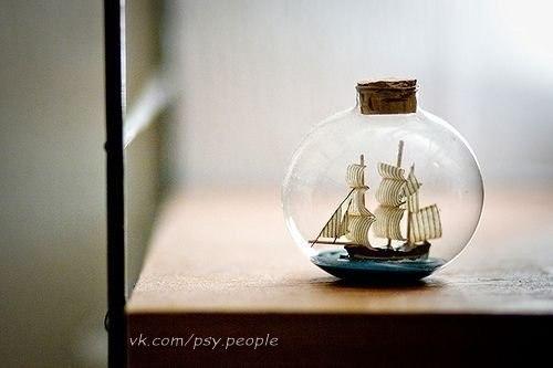 Притча о любви Когда-то давным-давно на Земле был остров, на котором жили все духовные ценности. Но однажды они заметили, как остров начал уходить под воду. Все ценности сели на свои корабли и уплыли. На острове осталась лишь Любовь. Она ждала до последнего, но когда ждать уже стало нечего, она тоже захотела уплыть с острова. Тогда она позвала Богатство и попросилась к нему на корабль, но Богатство ответило: – На моем корабле много драгоценностей и золота, для тебя здесь нет места. Когда мимо…
