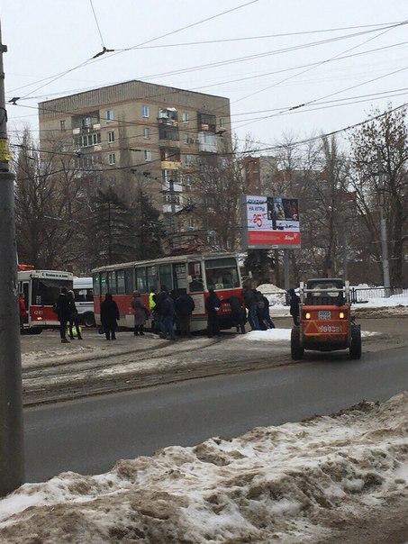 Тем временем в Саратове толкают трамвай #наблюдение