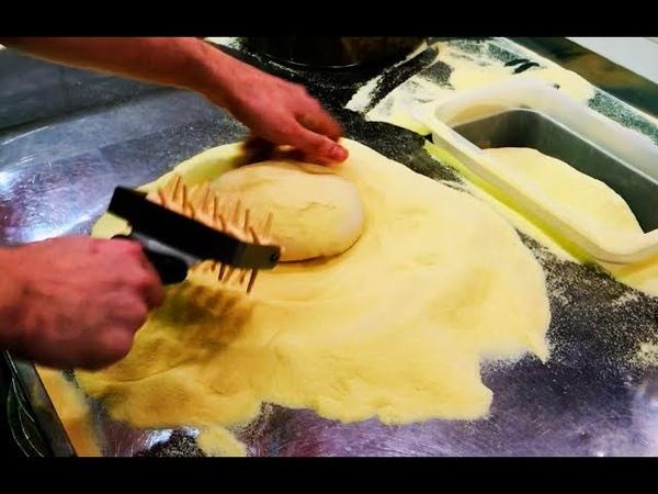 НЕВЕРОЯТНО, как ОН это делает! Мастер ВИРТУОЗНО готовит пиццу!