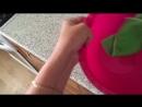 Отмывает тарелку от фарша