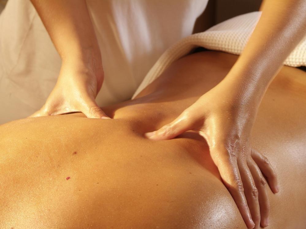 Некоторые оздоровительные клиники сосредоточены на альтернативных медикаментах, таких как массаж и акупунктура.