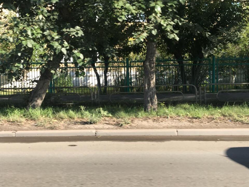 Жители правого берега Красноярска возмутились установленными вдоль дорог заборами